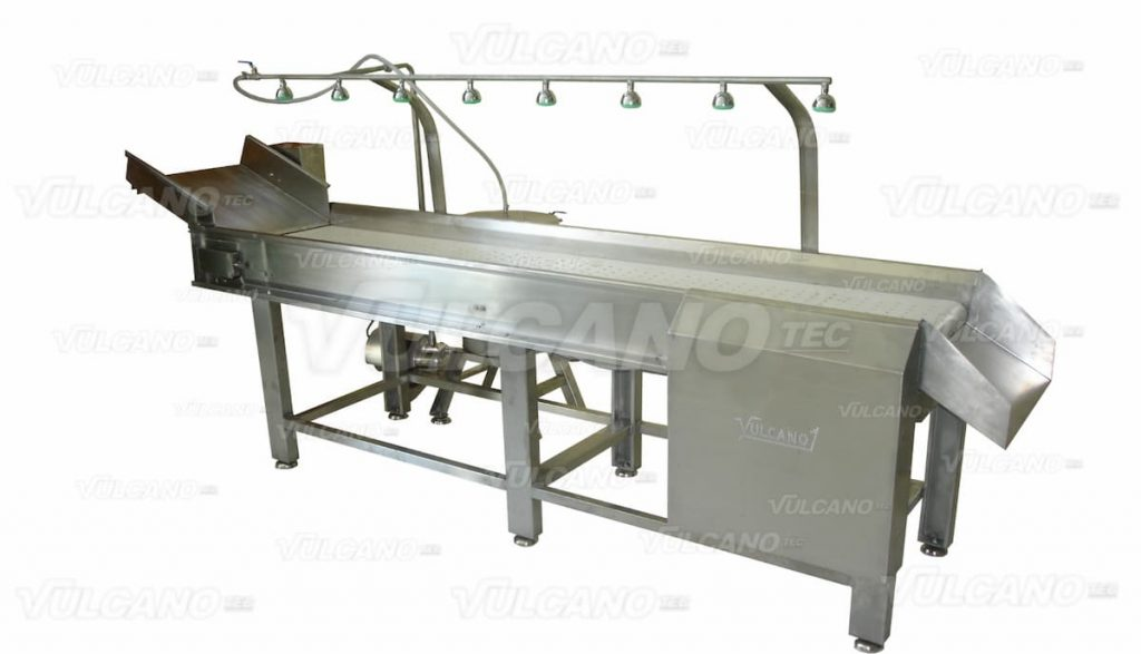Conveyor belt with water sprinklers